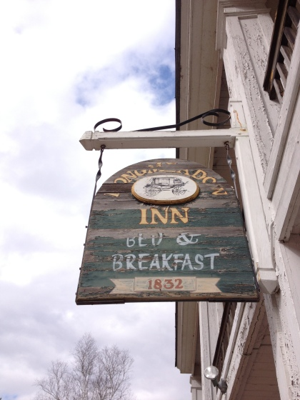 The inn's sign welcoming travels.